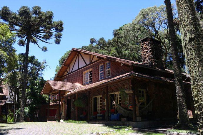 Casa principal tem suítes no segundo andar e áreas comuns à todos os hóspedes