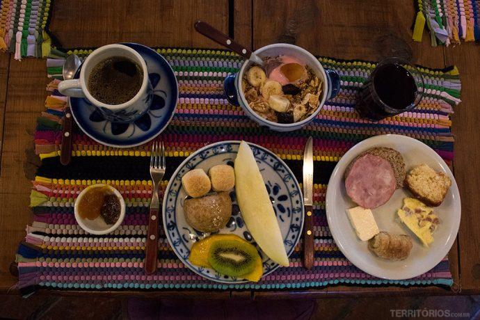 O meu café da manhã foi assim na Pousada Volta ao Mundo