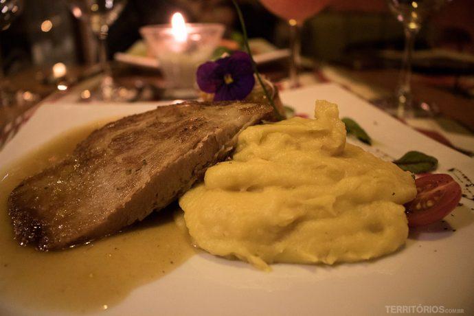 Bochecha de porco confitada ao molho de damasco e limão siciliano com ratatouille sobre purê de mandioquinha