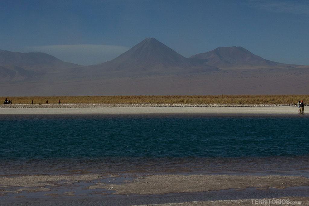 Licancabur (centro) é o vulcão mais famoso do Atacama