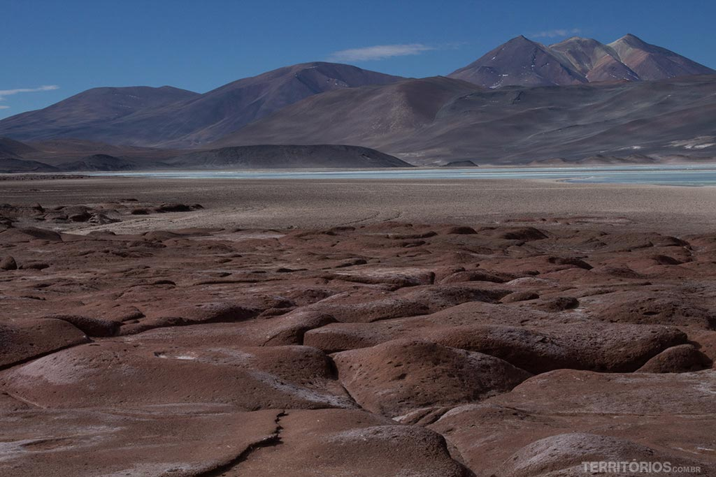 Piedras Rojas e o cerro colorido ao fundo
