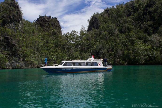A lancha do Raja Ampat Dive Resort nos levou a Pianemo