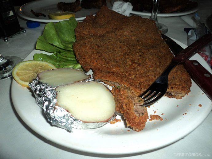 Milanesa com salada e batata assada