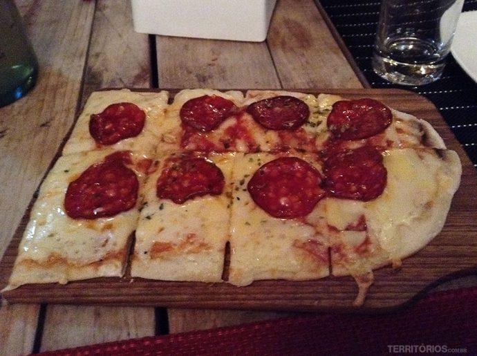 Pizza de calabresa e muito queijo