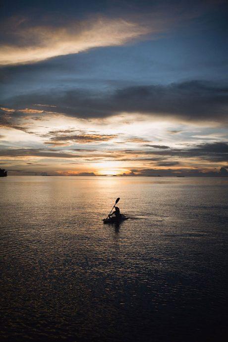 Caiaque ao pôr do sol. Por Mylène Cybele
