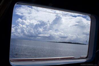 Janela do ferry. A viagem é tranquilo e tem área V.I.P