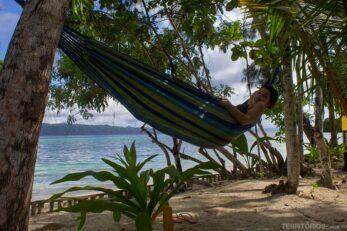 Roberta Martins deitada na rede em ilha de Raja Ampat