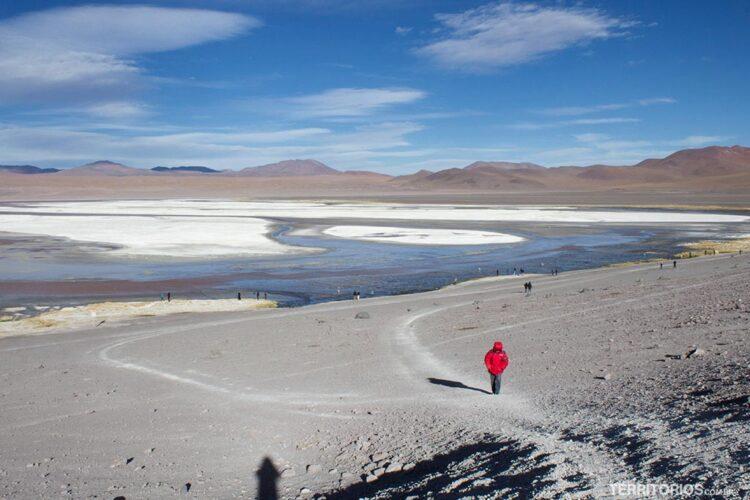 O esforço de subir da Laguna Colorada até o carro é enorme. Nesta caminhada de 200 metros eu comecei a sentir soroche na Bolívia