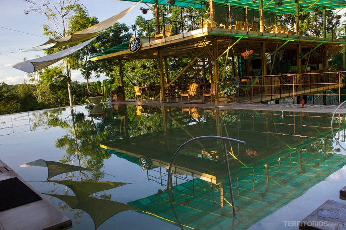Piscina morna, música boa e baladas dentro do resort