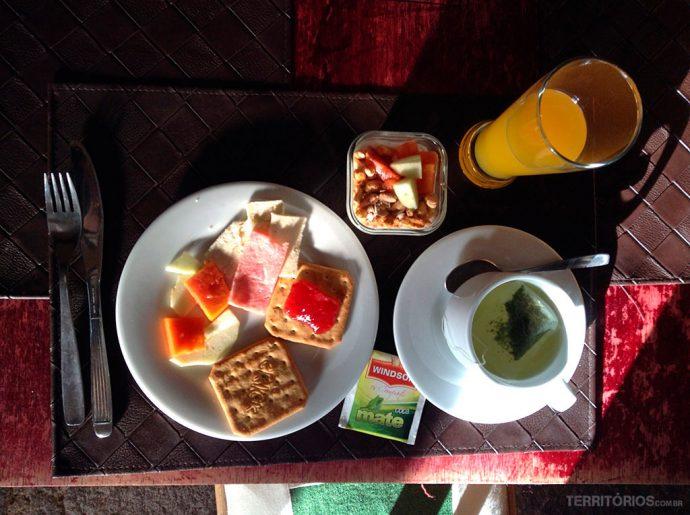Café da manhã com chá de coca industrializado