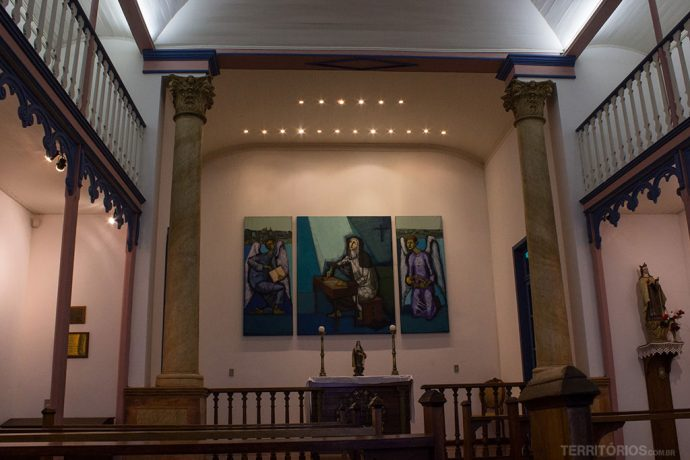 Pinturas contemporâneas no interior da capela
