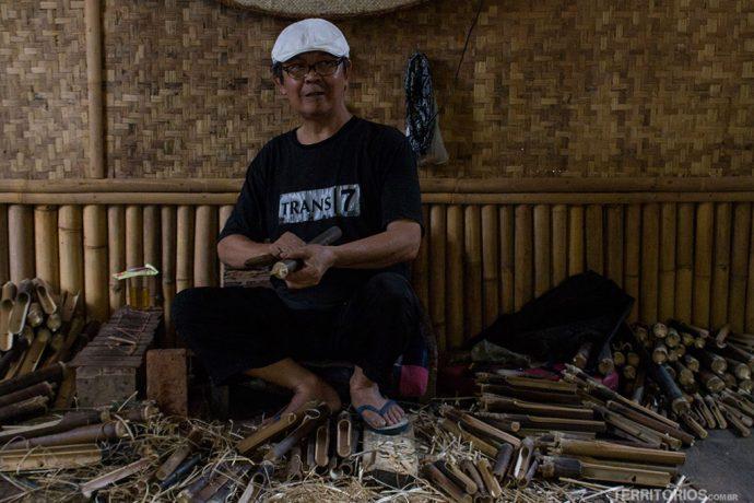 Artesão fabricando angklung