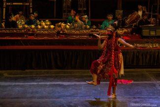 Dança típica aos som da Orquestra de Gamelão