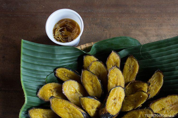 Bananas e chá de coco são da culinária típica na Indonésia