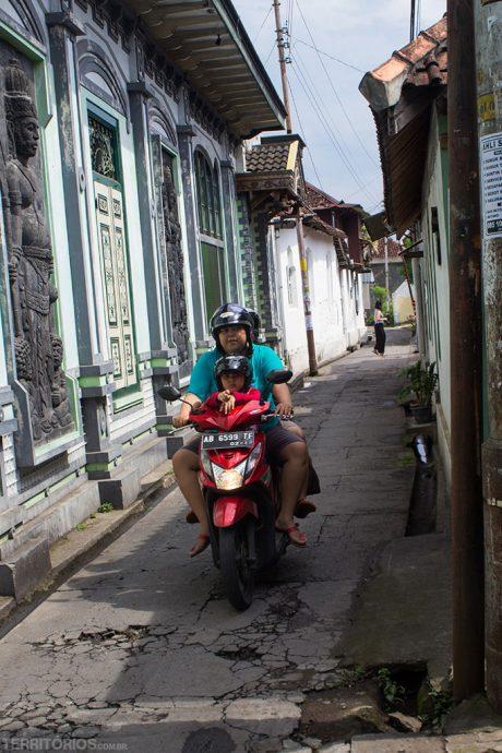 Scotter pelas ruas de Yogyakarta, Indonésia