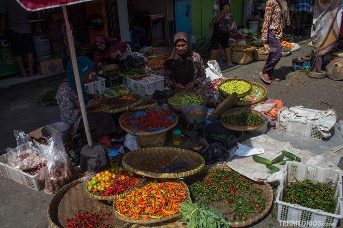 Pimentas e especiarias vendidas nos mercados de rua da Indonésia
