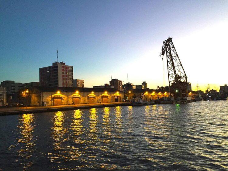 Docas de Rio Grande vistas da balsa que faz a travessia da Lagoa dos Patos (foto: Paula Brum)