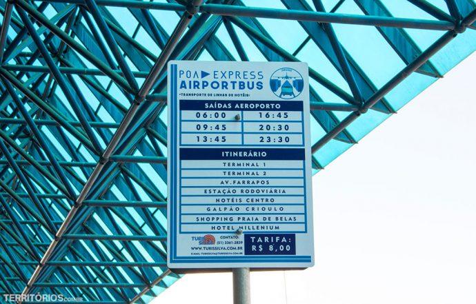 Transporte em Porto Alegre: placa exibe horários e locais na frente de aeroporto
