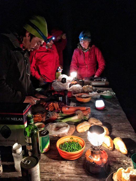 Equipe e ajudantes preparando o jantar (por Di Sanches)