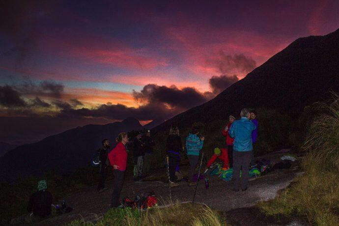 Cabeça do Dragão na direita e grupo contemplando o pôr do sol (Foto Franklin Zembruski)