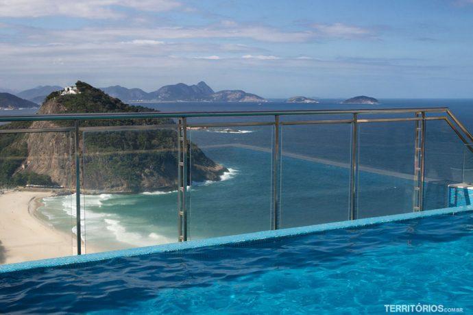 Piscina e a vista para a Praia do Leme  no terraço do Hilton Rio de Janeiro Copacabana