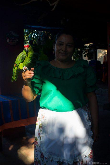 Atendente e meu novo amigo papagaio