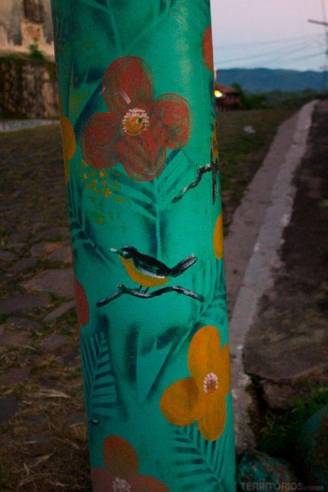 Poste da rua com arte estêncil