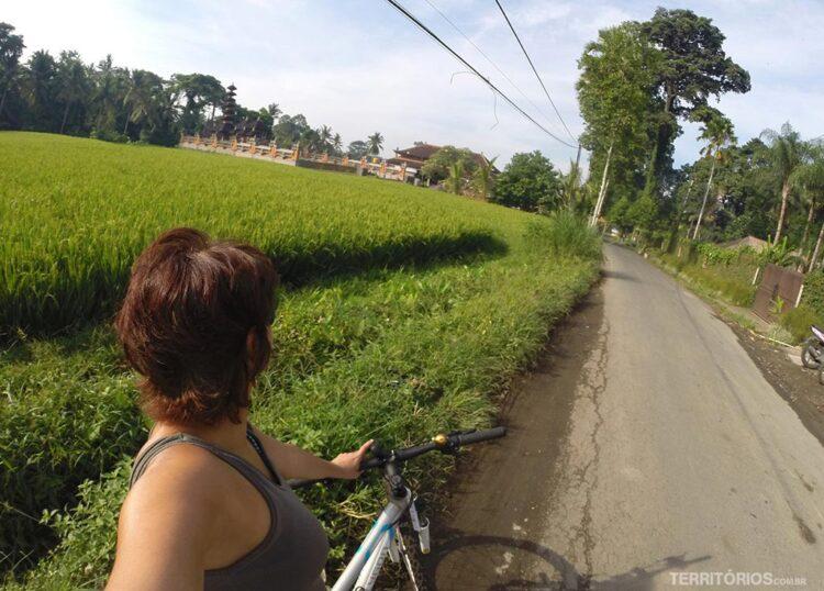 De bicicleta pelas ruas de Ubud, não é o melhor transporte em Bali como eu esperava