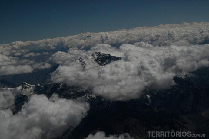 Voando de volta para Santiago consegui ver a enorme montanha se destacando na Cordilheira dos Andes