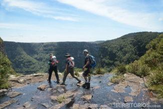 Trilha passa por cima da cachoeira do Tigre Preto
