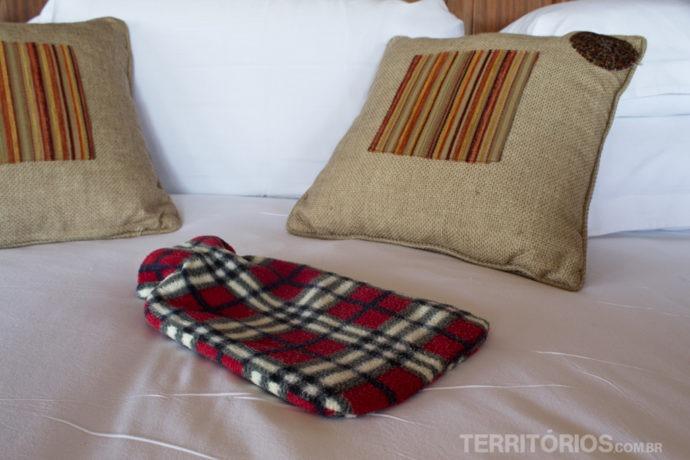 Bolsa de água quente em baixo do cobertor na cama do Olare Mara Kempinski