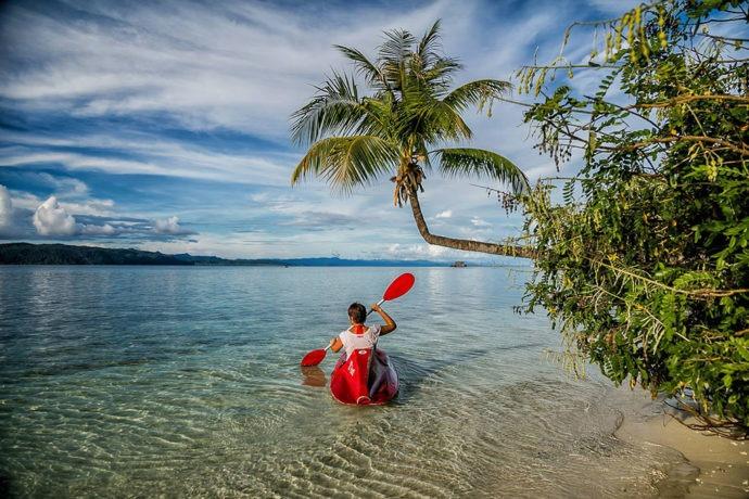 Caiaque na ilha de Waigo por Lina Stock (@divergenttravelers)