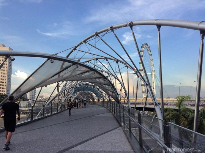 Helix Bridge e a roda gigante Singapore Flyer ao fundo