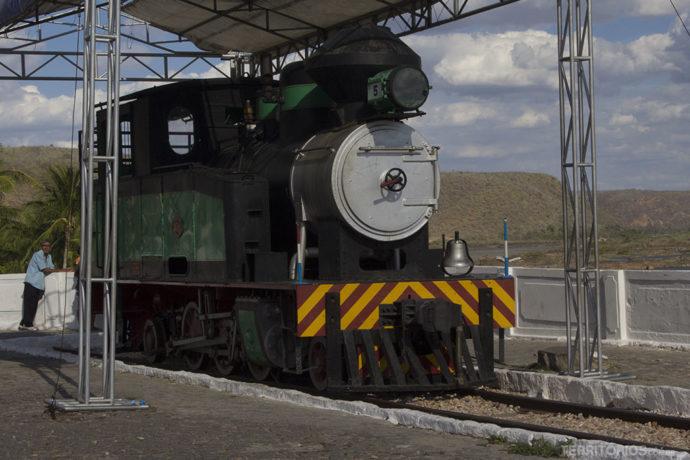 Trem antigo perto da estação