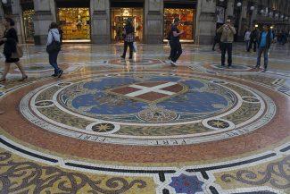 O octógono central representa as capitais italianas em diferente épocas: Milão, Torino, Firenze e Roma. Os lustres representam os continentes, América, Europa, África e Ásia