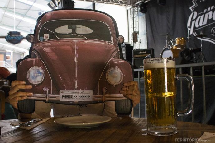 Carros e Rock and Roll são a temática do bar em Teresópolis