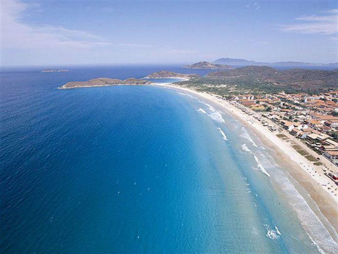 Mar azul em Cabo Frio