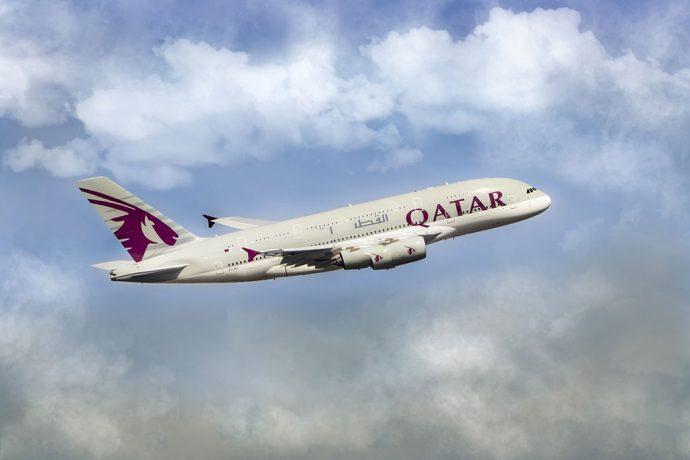 Qatar tem hub em Doha, portanto não  faz paradas em Abu Dhabi ou Dubai
