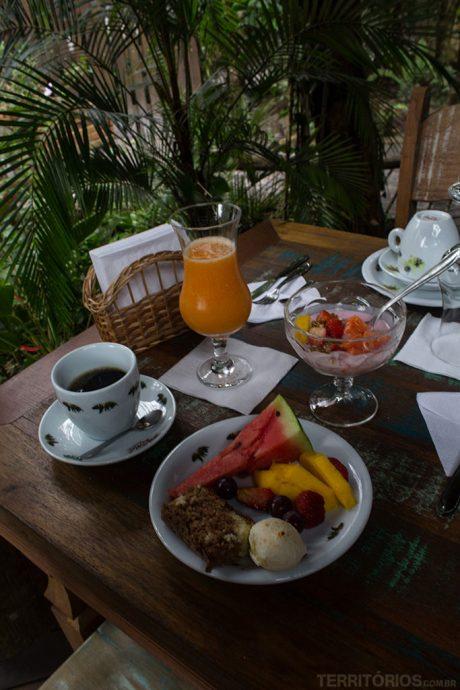 Café da manhã saudável ao ar livre em uma das pousadas no Paraná