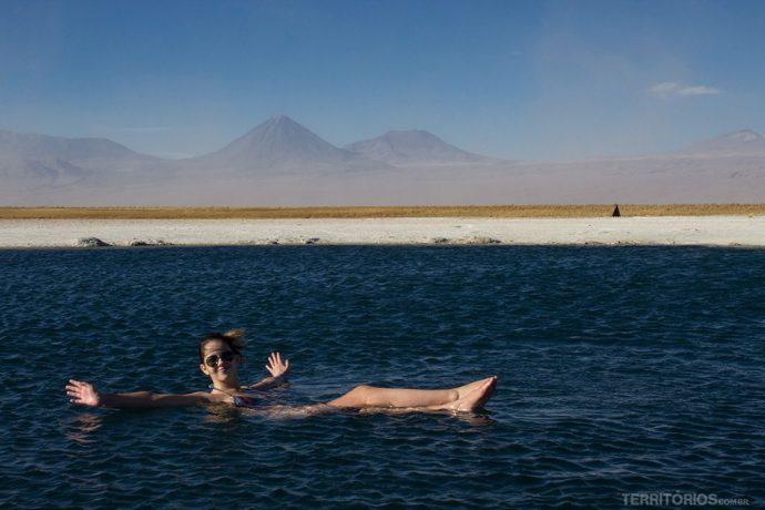 Laguna Cejar é atração para flutuar no Atacama