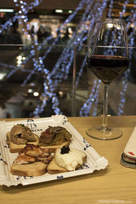 Tapas e vinho da casa no Mercado San Antón
