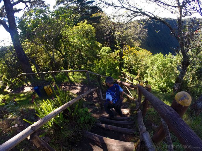 Trilha por escadas é feita na sombra a maior parte do tempo no Parque El Boquerón