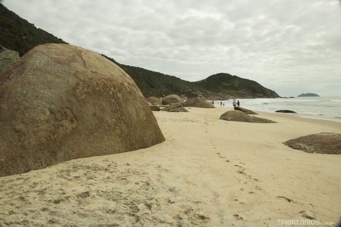 Pedras gigantes na Prainha