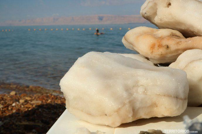 Mar Morto na margem da Jordânia com vista para Palestina
