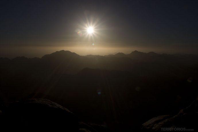 O sol e as montanhas vistos do Monte Sinai