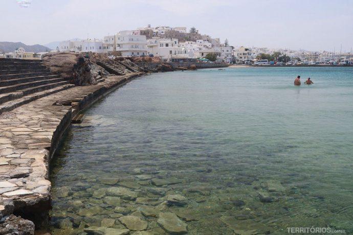 Piscina natural onde os locais nadam fica ao lado do porto e tem água cristalina