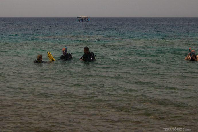 Aula de mergulho na beira da praia em Aqaba