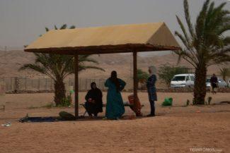 Mulheres de burca curtem o dia na praia em Aqaba