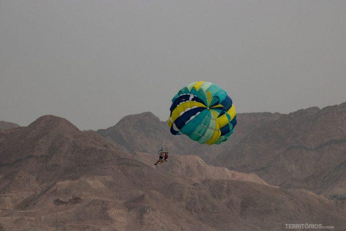 Parapente com vista para as montanhas e Mar Vermelho
