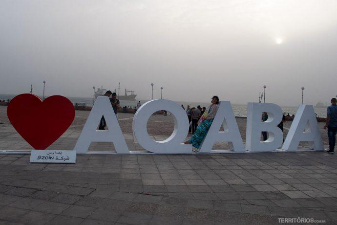 Letreiro Amo Aqaba